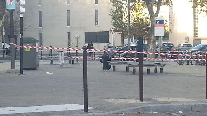 Valise devant la gare d'Avignon centre
