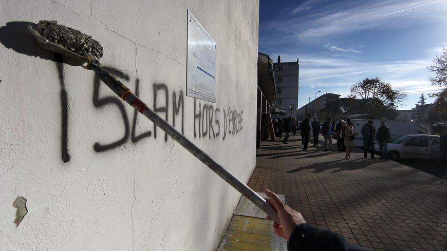 Des tags islamophobes avaient été peints à Pau le 19 novembre