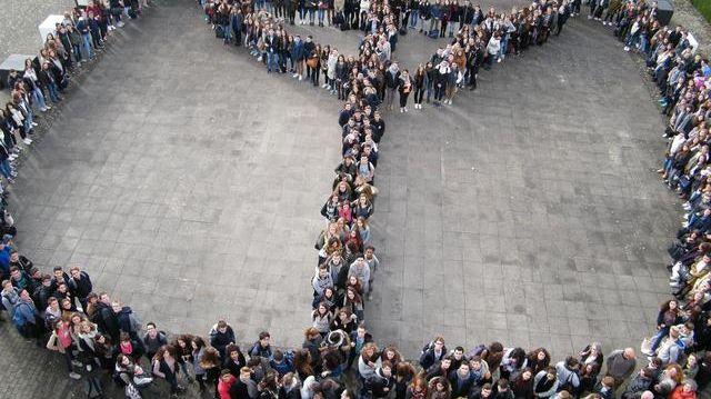 Les élèves du lycée Jean Monnet de Joué-les-Tours réunis pour une photo hommage