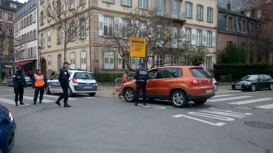 Les policiers contrôlent les six points d'entrée du centre-ville de Strasbourg