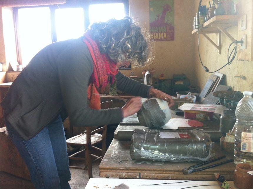 Emmanuelle Texier, potière, en plein travail