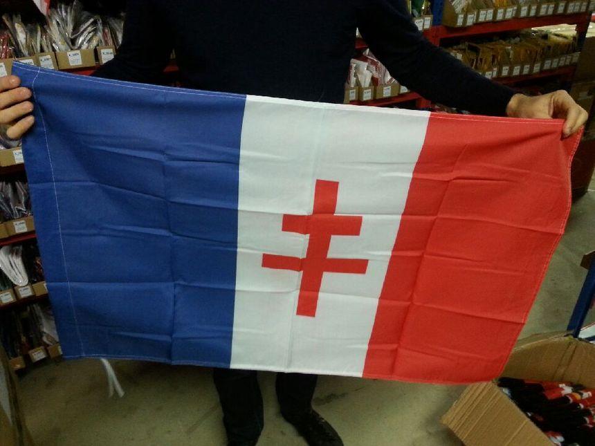 Grand succès également du drapeau à la croix de Lorraine selon M. Blondet