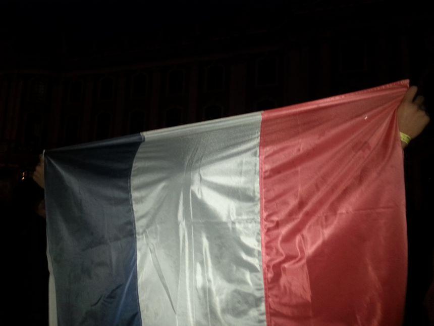 Un jeune porte un drapeau lors du rassemblement du mardi 17/11 au Capitole