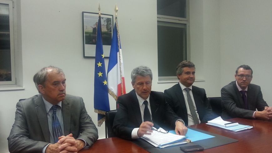 Le préfet, entouré des procureurs de la République et du directeur de cabinet