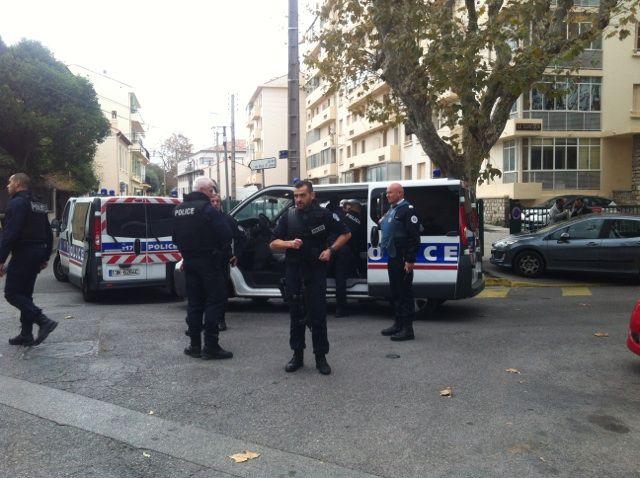 Les policiers quadrillent le secteur à Toulon où s'est déroulée la fusillade