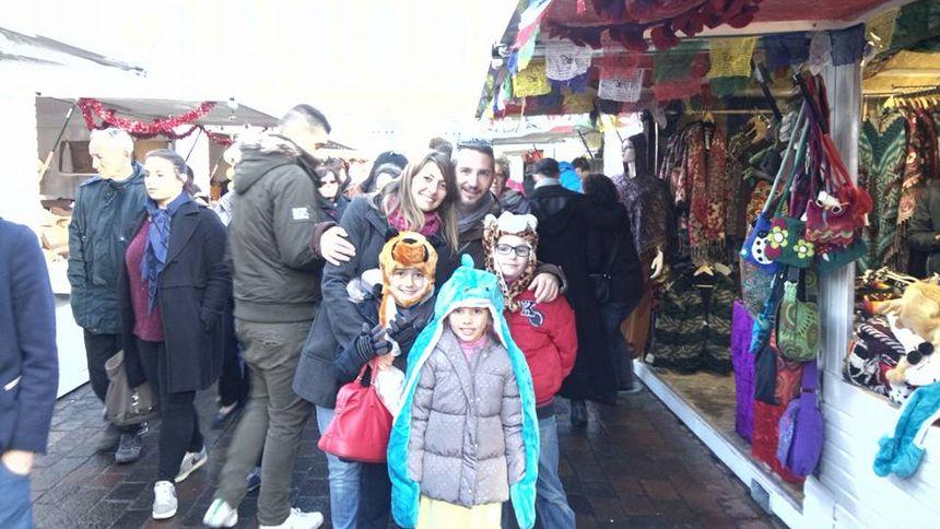 Une famille profitant du marché de Noël