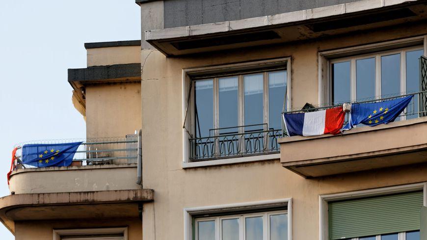 Les français sont invités à accrocher un drapeau tricolore à leur fenêtre