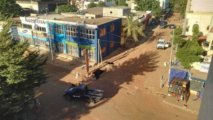 La police arrive à l'hôtel Radisson Blu de Bamako