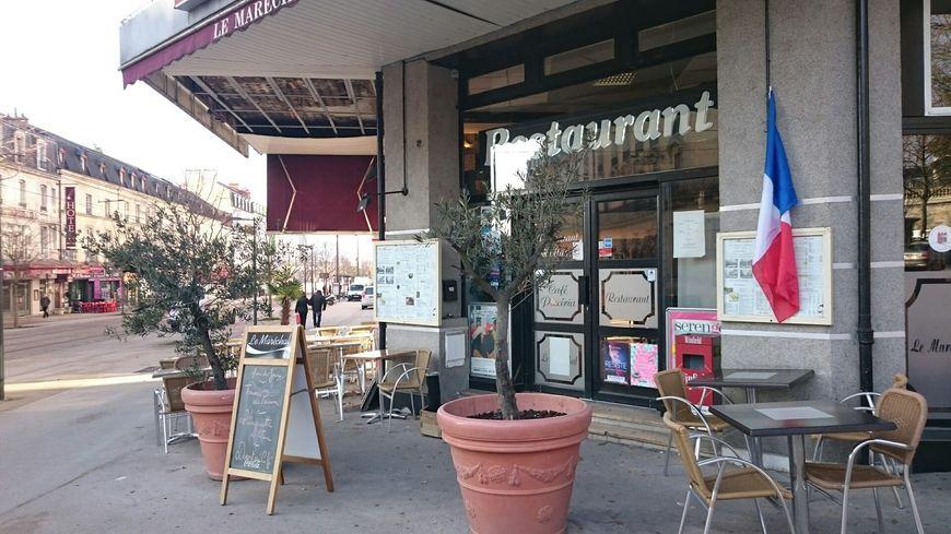 Thierry a installé un drapeau français sur la façade de son restaurant