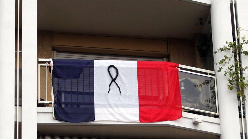 Un drapeau tricolore arboré, ici à Menton, après les attentats