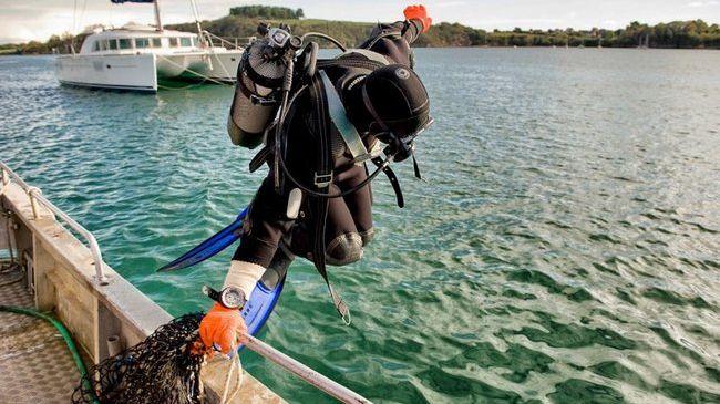 Le plongeur pêche avec une bouteille
