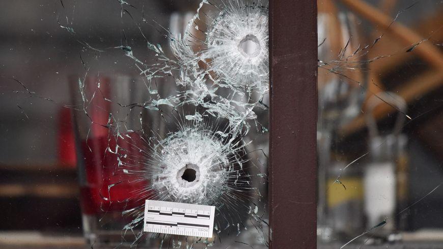 Des impacts de balles rue de la Fontaine au Roi à Paris après les attentats