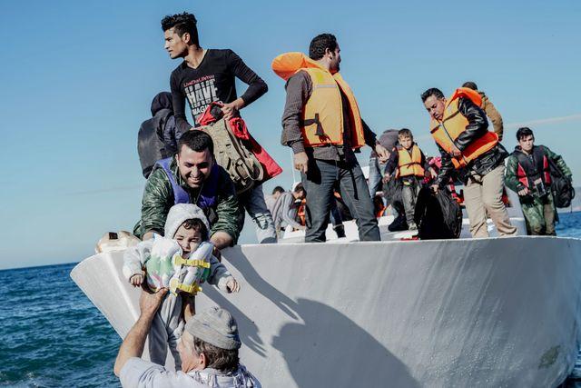 Des réfugiés syriens arrivant sur une île grecque