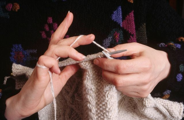 Jeune femme tricotant