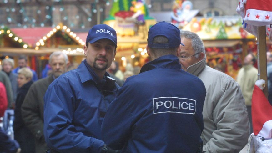 Policiers en uniforme et en civil sur le marché de Noël de Strasbourg