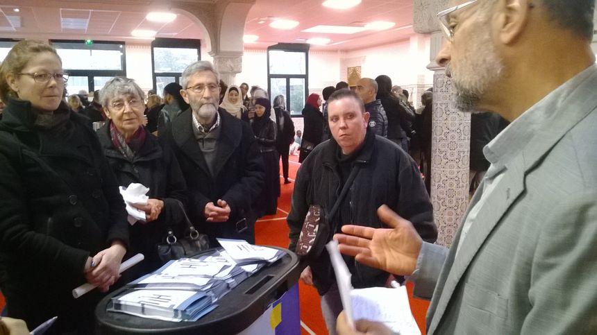 Les membres de la mosquée expliquent leur religion aux visiteurs.