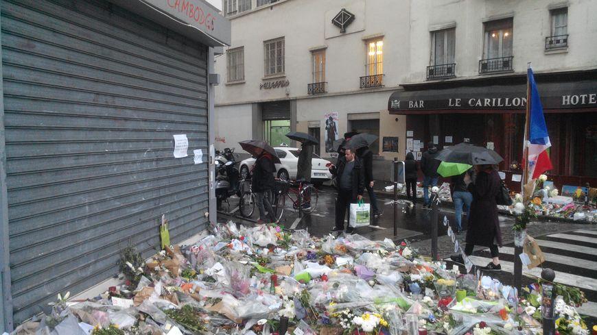 Recueillement devant le Petit Cambodge, à Paris.