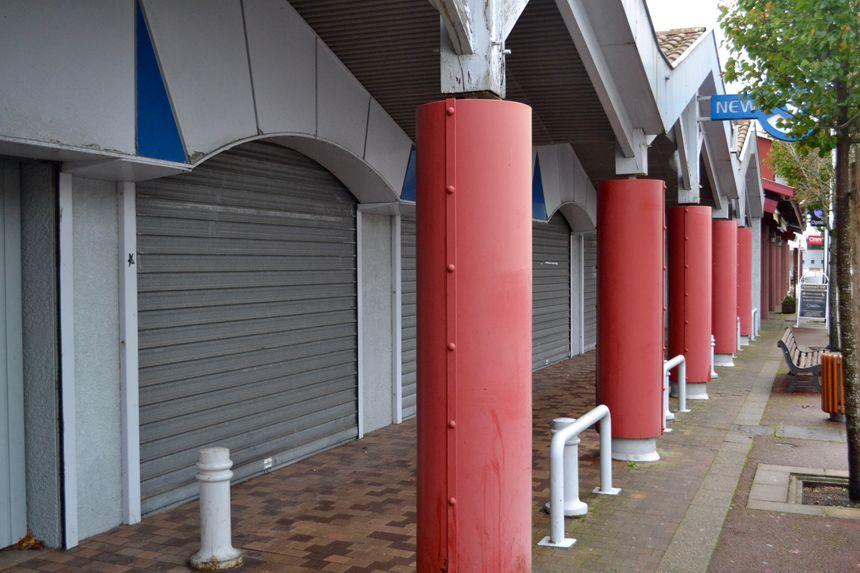 Les habitants regrettent que plusieurs commerces soient fermés en centre ville.