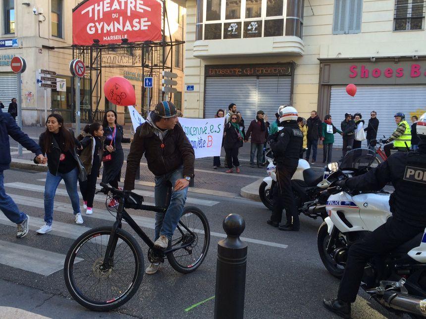 Les participants à la chaîne humaine sur la Canebière à Marseille