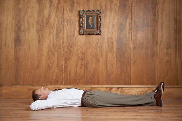 Businessman allongé devant un portrait de famille