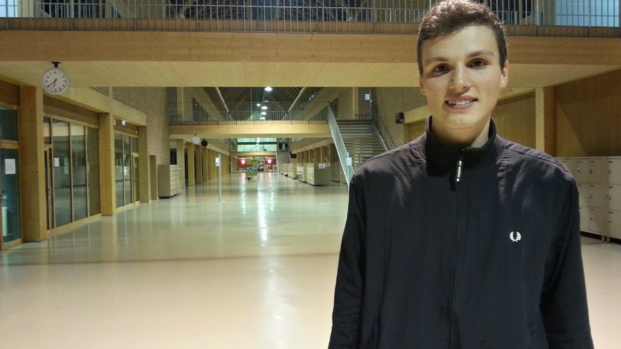 Raphaël, dans son lycée à Nantes