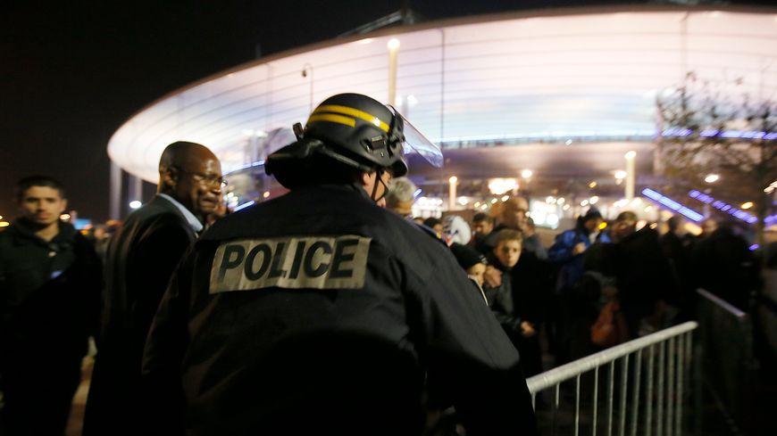 Un policier au Stade de France après les attentats du 13 novembre 2015