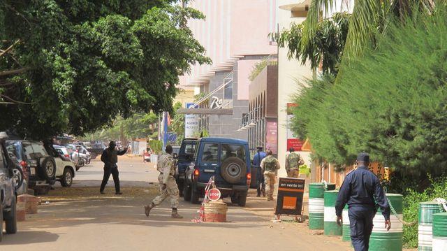 Les forces de sécurité tout autour de l'hôtel