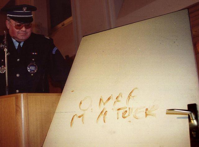 """C'est sur ces deux portes qu'avaient été écrites les inscriptions """"Omar m'a tuer"""" et """"Omar m'a t"""" avec le sang de la victime"""