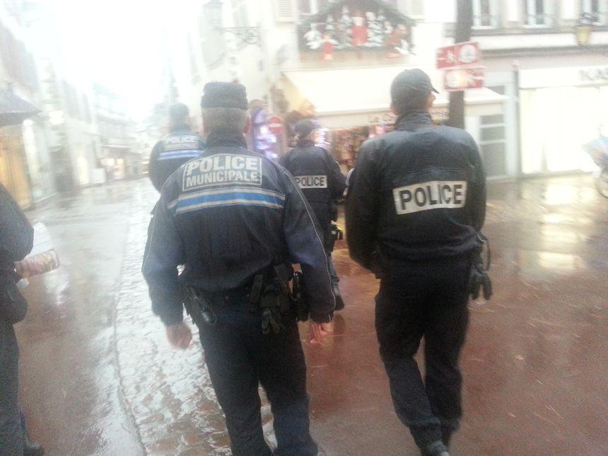 Les policiers municipaux et nationaux effectuent des patrouilles sur le marché