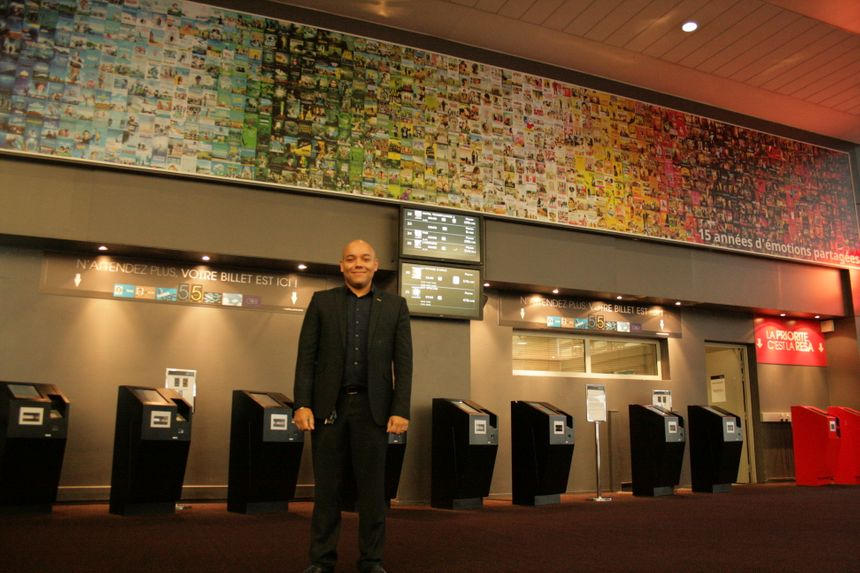 Le directeur adjoint du cinéma dans le grand Hall de l'UGC Ciné-Cité de Strasbou