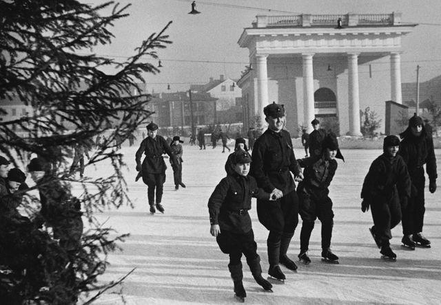 Les enfants et les soldats font du patin à glace à l'extérieur des bâtiments principaux de l'Armée Rouge à Moscou, 1939