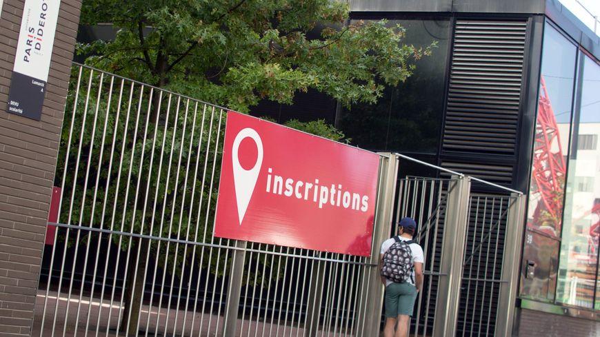 Etudiants devant l'entrée de la faculte. Illustration