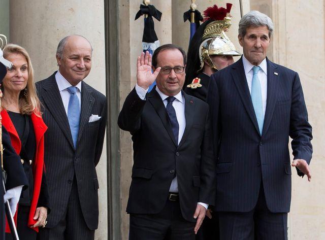 Fabius, Hollande et Kerry sur le perron de l'Elysée