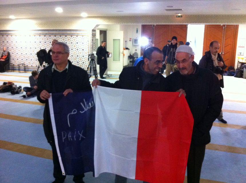 Plusieurs fidèles musulmans ont déployé des drapeaux français à la mosquée