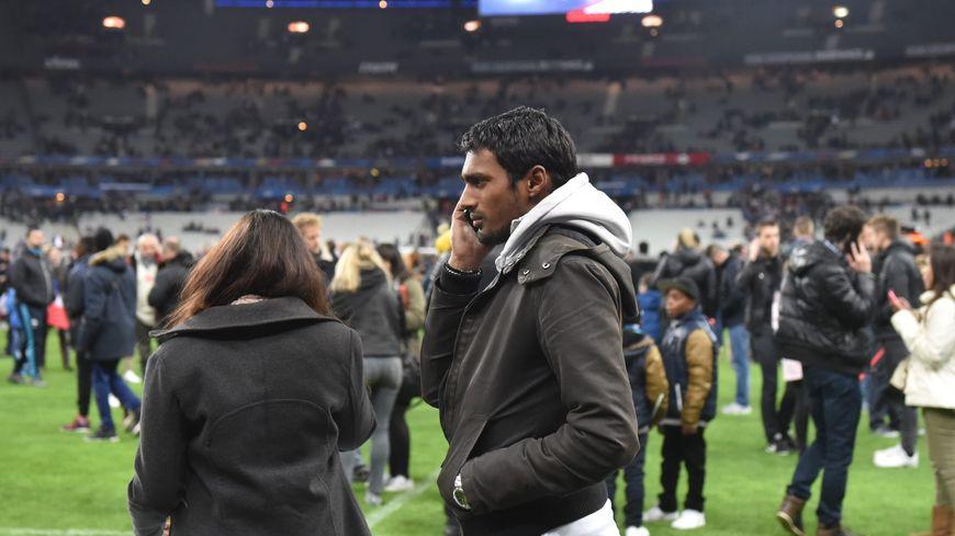Des spectateurs lsur la pelouse du Stade de France après France - Allemagne
