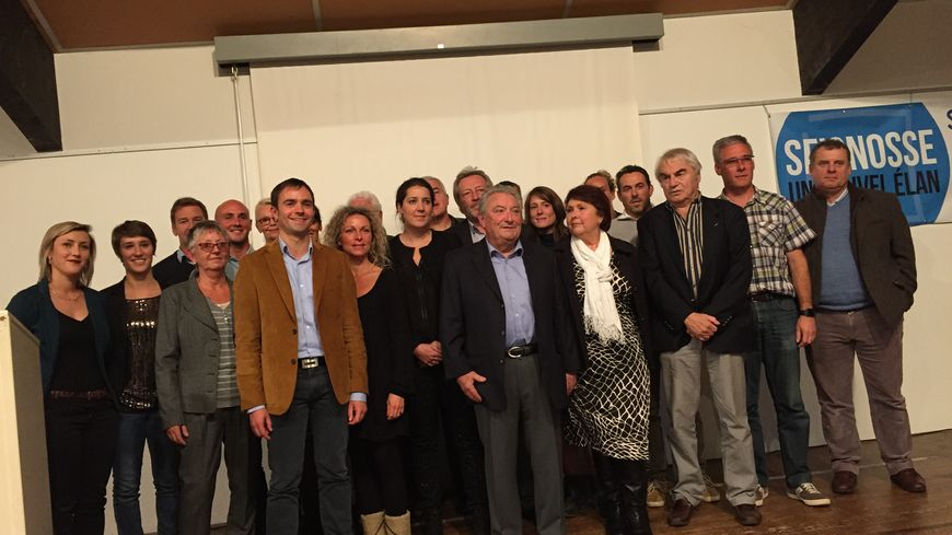 Lionel Camblanne (veste marron) et son équipe lors d'un meeting de campagne