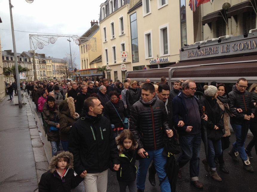 Près de 400 personnes ont participé à la marche blanche ce samedi.
