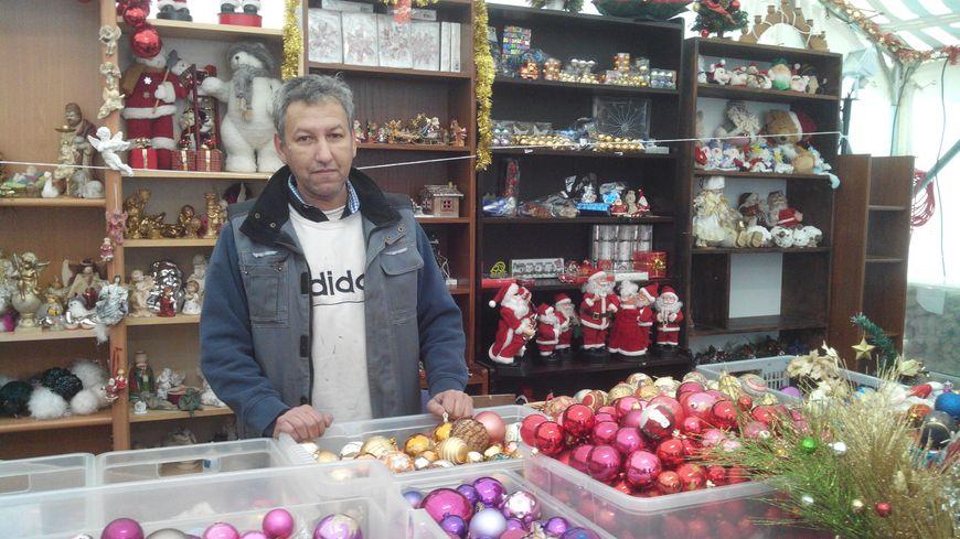Hassène, compagnon d'Emmaüs, prépare le marché de Noël