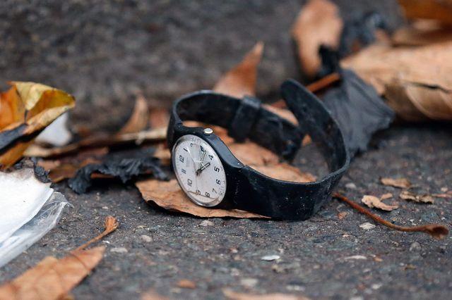 Une montre par terre, devant le Bataclan, lieu de l'attentat du 14 novembre 2015.