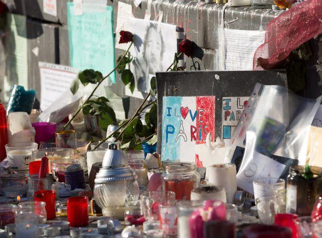 Sur la place de la République, des fleurs et des bougies en mémoire des victimes des attaques du 13 novembre