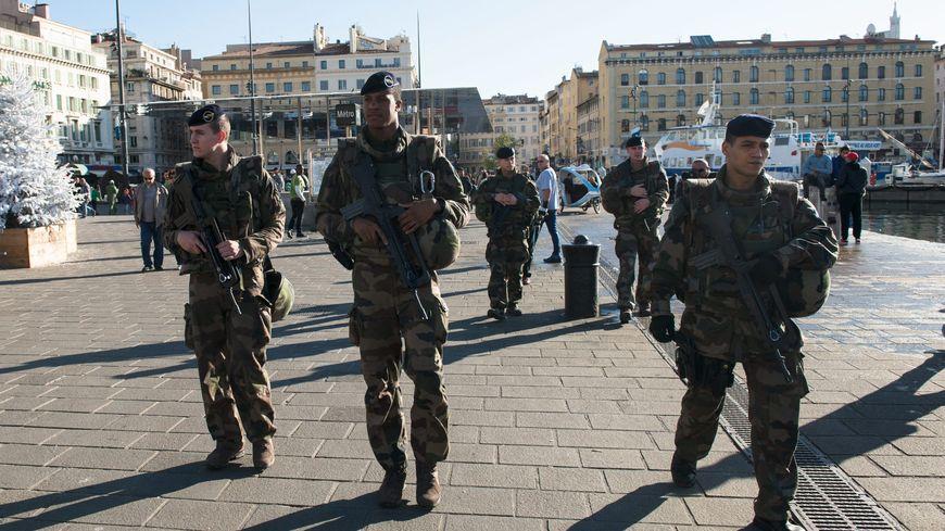 Des militaires patrouillent sur le Vieux-Port, le 15 novembre 2015