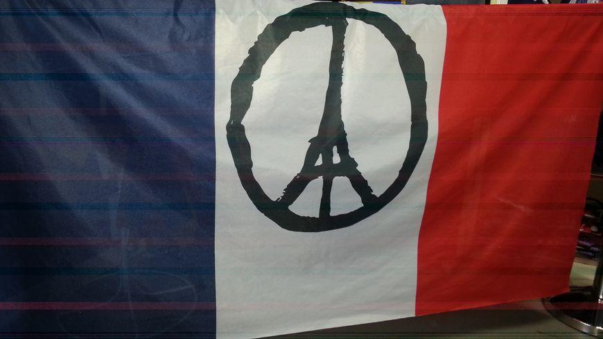 Drapeau tricolore tissé le lendemain des attentats par les drapeaux Unic