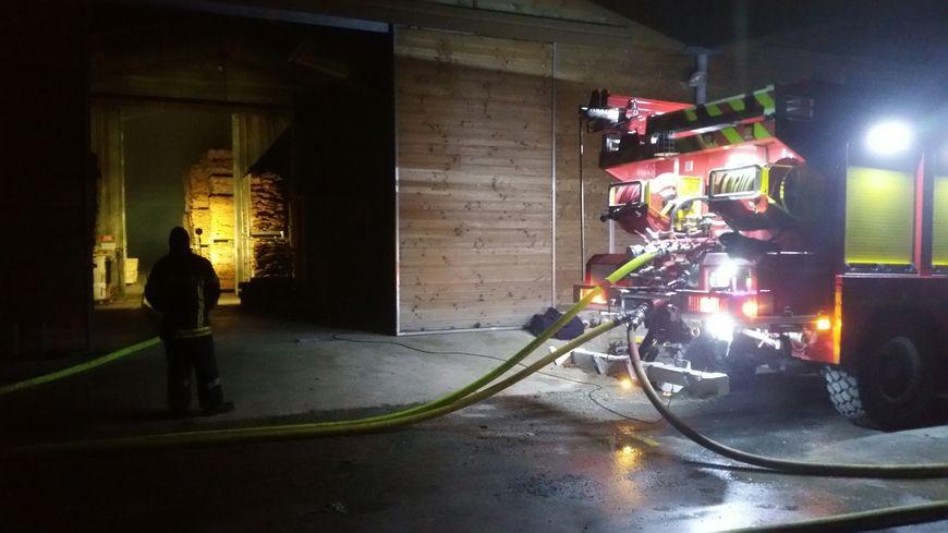 Les pompiers devant l'usine Bernier