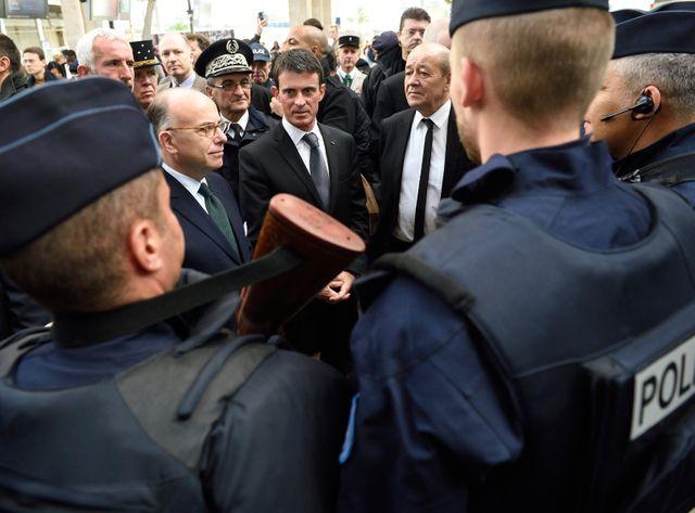 Les ministre de l'Intérieur, de la Défense et le Premier ministre auprès de forces de police