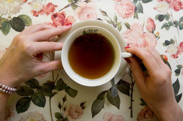 Une Anglaise buvant une tasse de thé