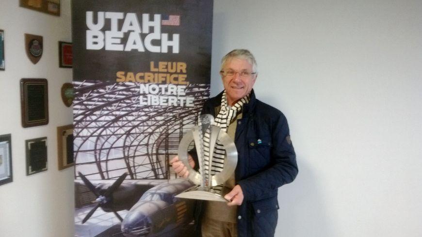 Henry Millet le maire de Sainte-Marie-du-Mont avec le trophée du Tour de France