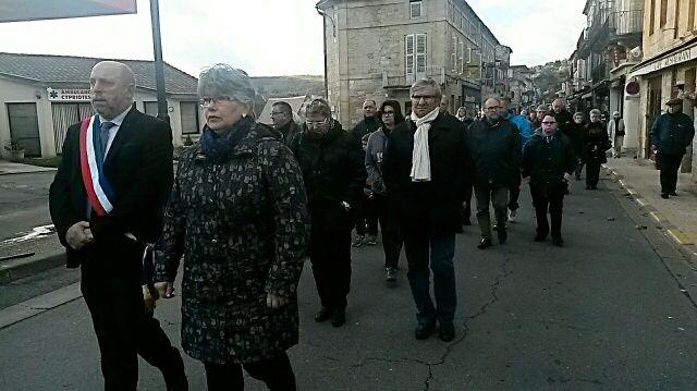 Le maire de Saint Cyprien, Christian Six, en tête du cortège de 500 personnes