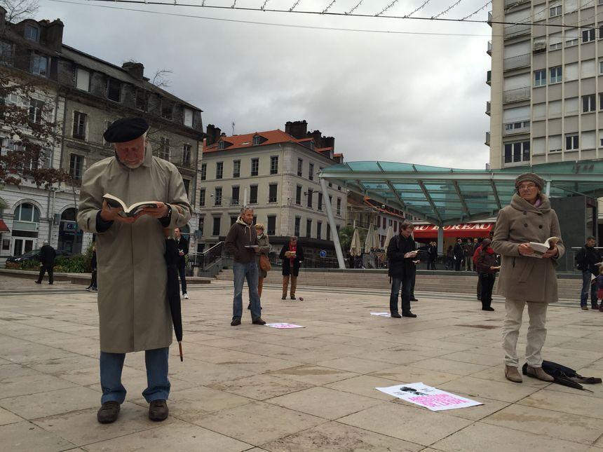 Les Sentinelles lisent en silence place Clemenceau à Pau