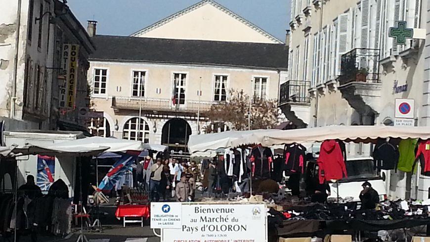 L'entrée du marché D'Oloron.Au fond l'hôtel de ville