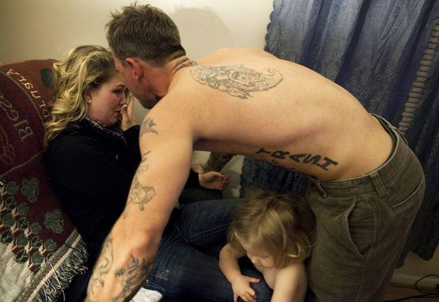 Shane continue de crier et de frapper Maggie, au milieu des enfants âgés de 2 et 4 ans de Maggie.